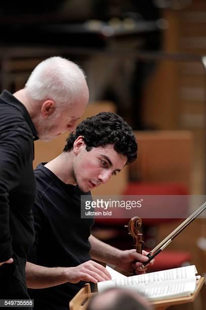 Jesús López Cobos leitet das Gürzenich Orchester Köln in Begleitung des armenischen Violinisten Sergei Chatschatrjan Auftritt Philharmonie Köln