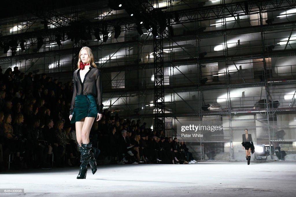 Saint Laurent : Runway - Paris Fashion Week Womenswear Fall/Winter 2017/2018 : News Photo