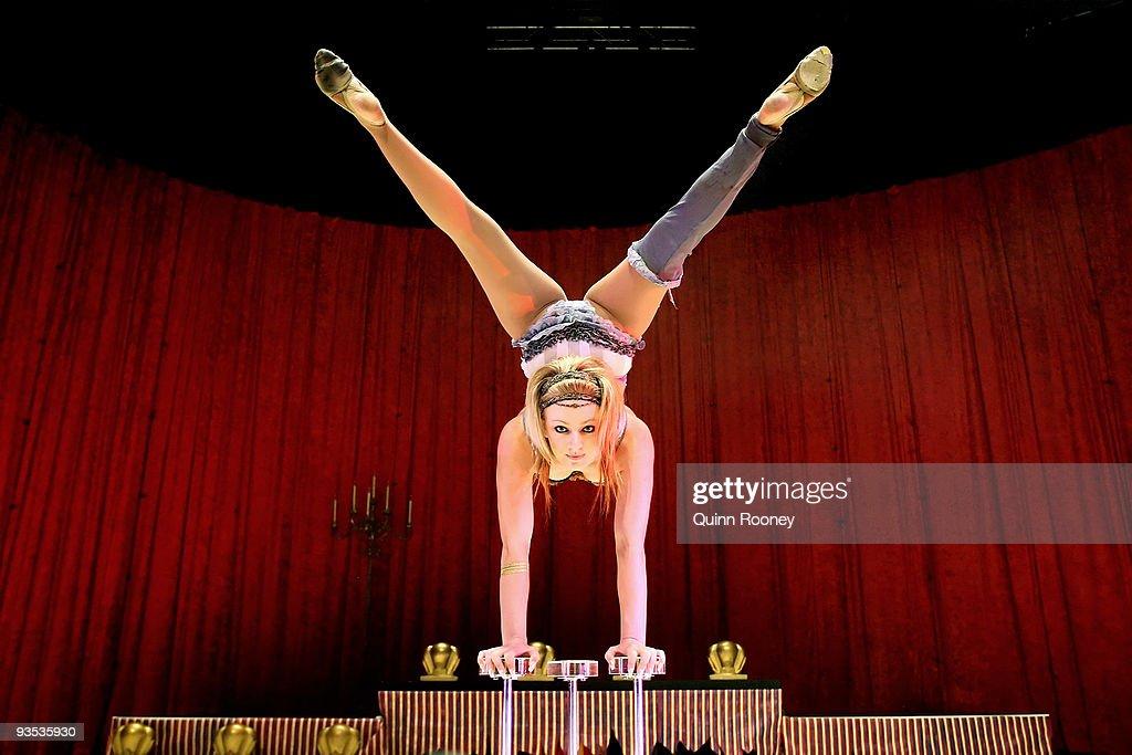 National Institute Of Circus Arts Graduates Showcase Talents : ニュース写真