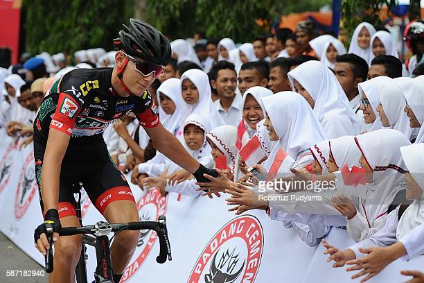 Jesse James Ewart of 7 ElevenSava RBP greets the Indonesian students during stage three of the 2016 Tour de Singkarak Pasaman Pasaman Barat on August...