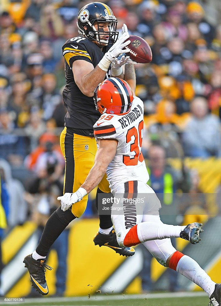 Jesse James #81 of the Pittsburgh Steelers cannot come up with a pass thrown by Landry Jones #3 while being defended by Ed Reynolds #39 of the Cleveland Browns in the second half during the game at Heinz Field on January 1, 2017 in Pittsburgh, Pennsylvania.