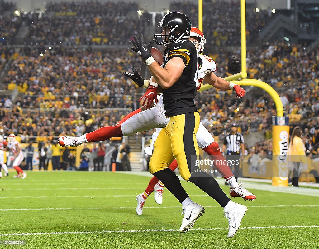 Jesse James #81 of the Pittsburgh Steelers catches a pass in front of Daniel Sorensen #49 of the Kansas City Chiefs for a 9 yard touchdown reception in the first half at Heinz Field on October 2, 2016 in Pittsburgh, Pennsylvania.