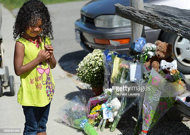 Jessenia Apulinario 5 went to school with Noah and is seen leaving him a card and stuffed animal She also then said a prayer for him Neighbours and...