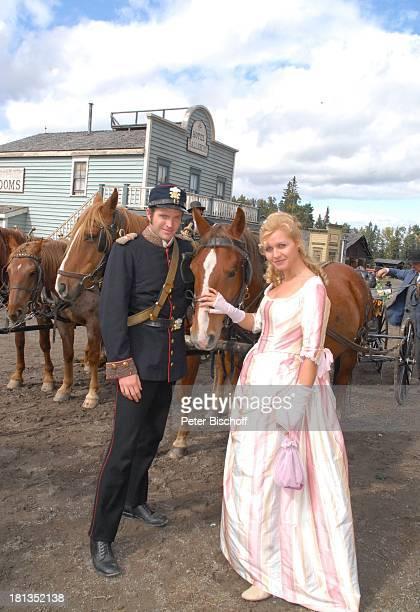 Jessica Boehrs Peter Ketnath ZDFReihe Im Tal der wilden Rosen Folge 3 Gipfel der Liebe am Set Calgary Alberta Kanada Nordamerika Kostüm Uniform...