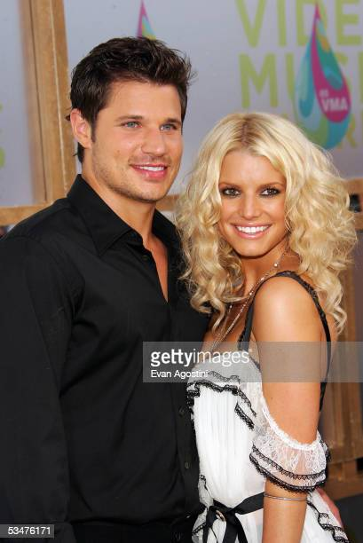 Jessica Simpson and Nick Lachey arrive at the 2005 MTV Video Music Awards at the American Airlines Arena on August 28, 2005 in Miami, Florida.