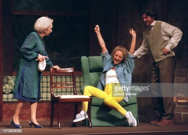 Jessica Stockmann , Ehefrau des Tennisspielers Michael Stich, steht am 12.3.1997 gemeinsam mit Edith Hancke und Herbert Herrmann bei der Probe zu...