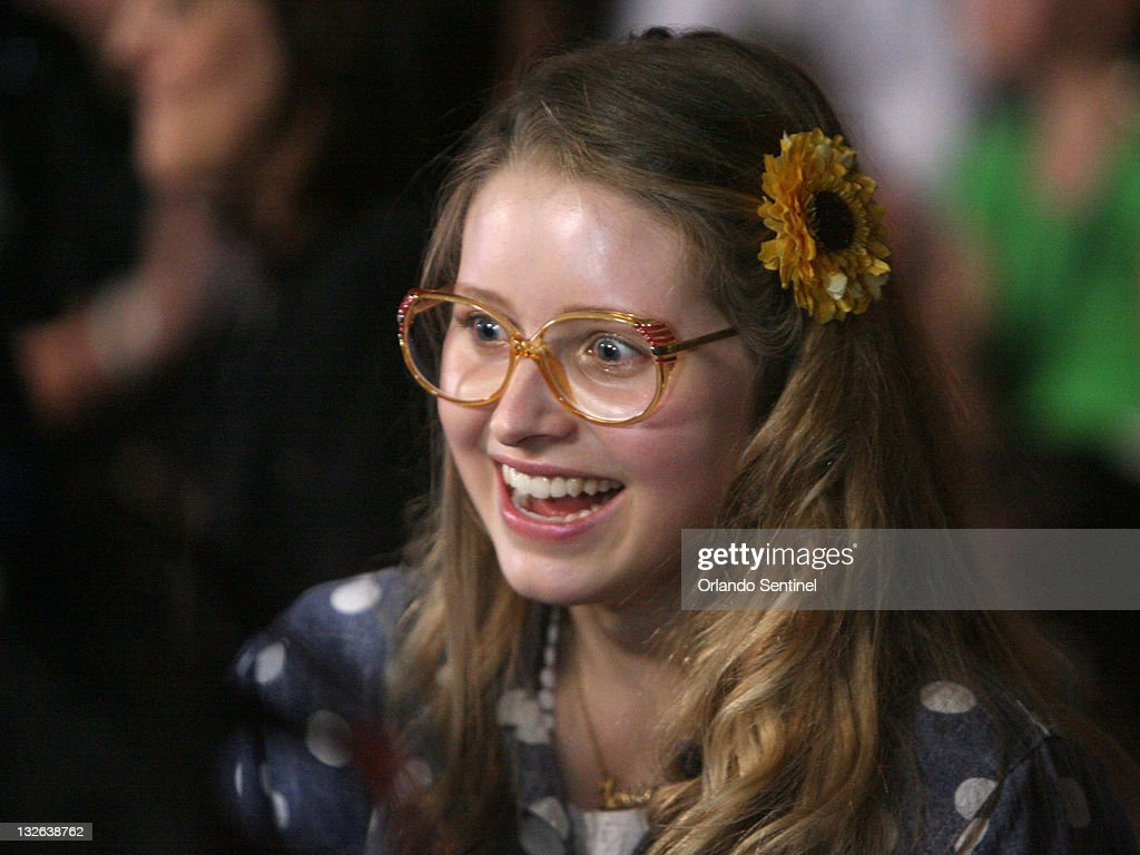 Jessie Cave does interviews on the red carpet as stars ...