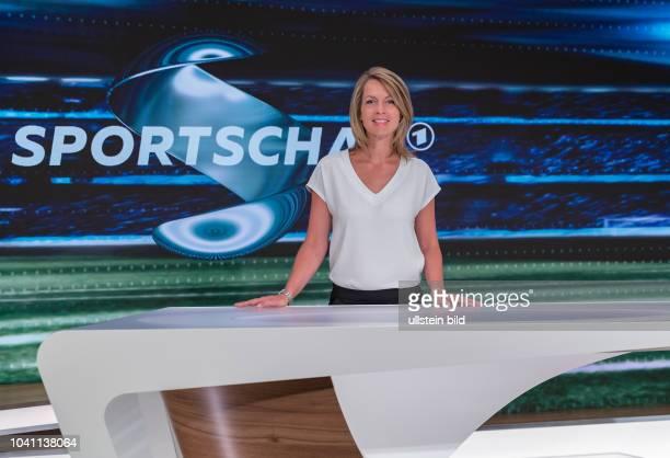 Jessy Welmer gehört zum Moderations-Team der Sportschau am Samstag. Sie präsentiert die Spiele der Fußball-Bundesliga im Ersten, Hier im WDR Studio...