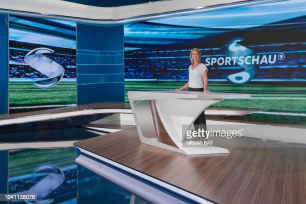 Jessy Welmer gehört zum Moderations-Team der Sportschau am Samstag. Sie präsentiert die Spiele der Fupball-Bundesliga im Ersten, Hier im WDR Studio...