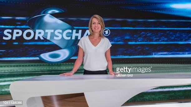 Jessy Welmer gehört zum ModerationsTeam der Sportschau am Samstag Sie präsentiert die Spiele der FußballBundesliga im Ersten Hier im WDR Studio Köln...