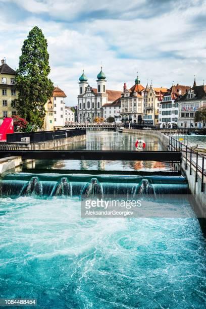 イエズス教会と旧市街のルツェルン、スイス連邦共和国でロイス川 - ルツェルン ストックフォトと画像