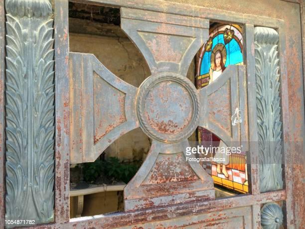 jesus und kreuz - mausoleum stock-fotos und bilder