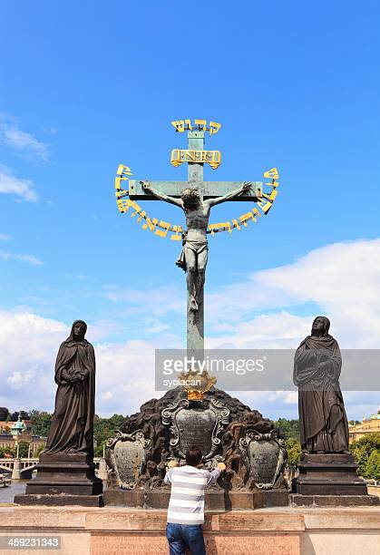 jesus christ statue on charles bridge - syolacan stock pictures, royalty-free photos & images
