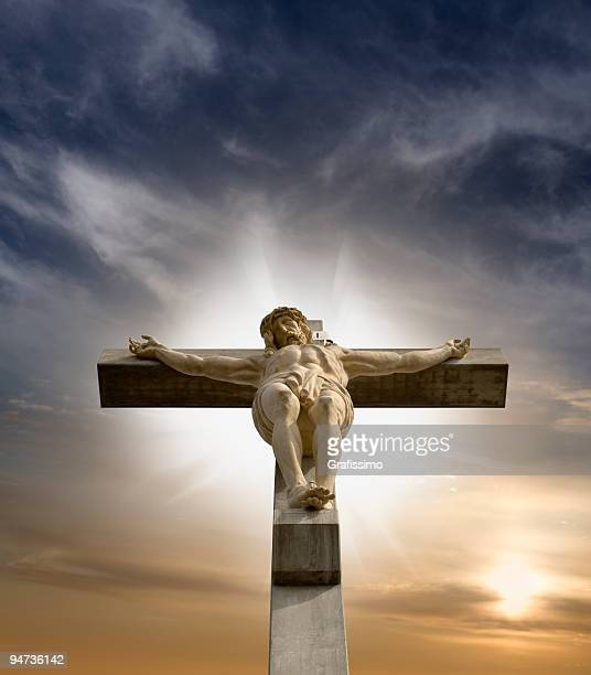 jesus am kreuz hängt - kreuz stock-fotos und bilder