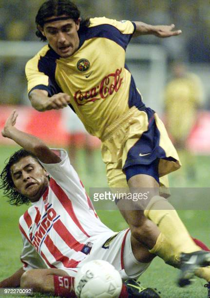 Jesus Mendoza de America disputa el balon con Diego Martinez de Necaxa en el partido de ida de la final del futbol mexicano el 23 de mayo de 2002 El...