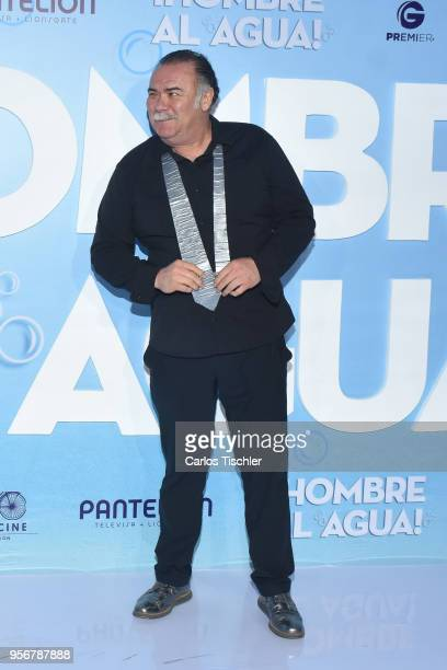 Jesus Ochoa poses for pictures during the 'Overboard ' Mexico City premiere at Cinemex Antara on May 8 2018 in Mexico City Mexico