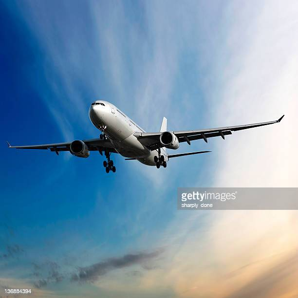 jet Avión aterrizando al atardecer
