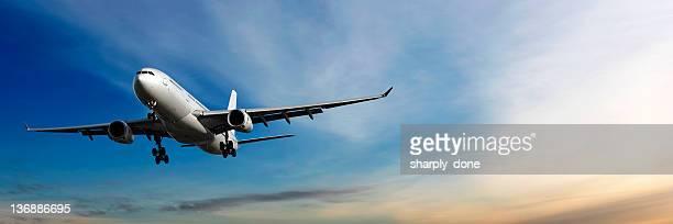 jet Avion atterrissant au crépuscule