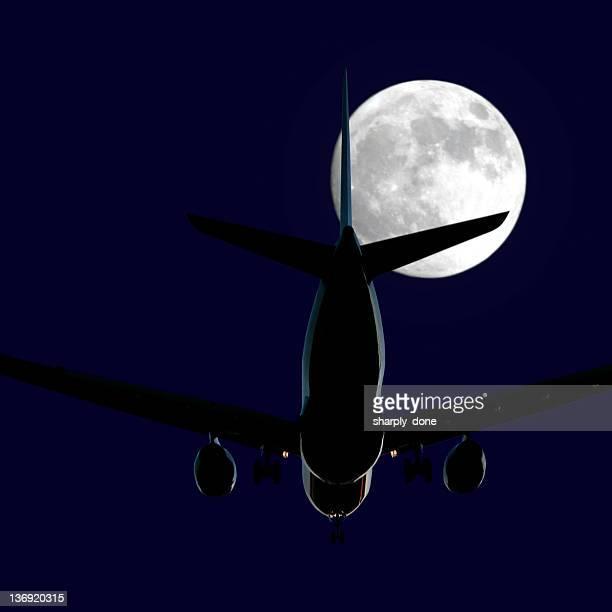 Avião a jato pousando à noite