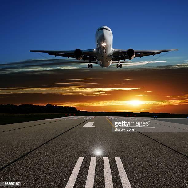XL jet Avion atterrissant au coucher du soleil