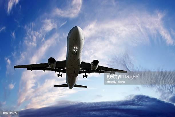 XL jet Avion atterrissant au crépuscule