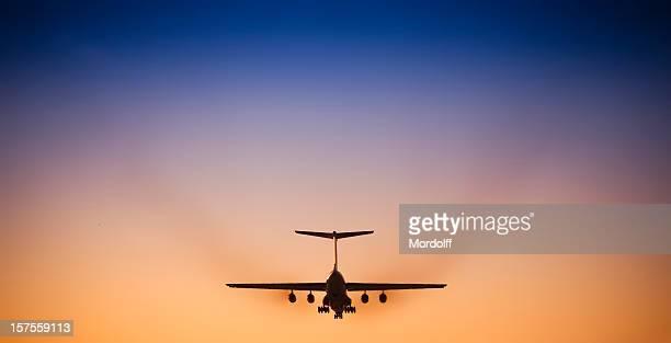 Jet Passagierflugzeug Landung im wunderschönen Sonnenuntergang Himmel
