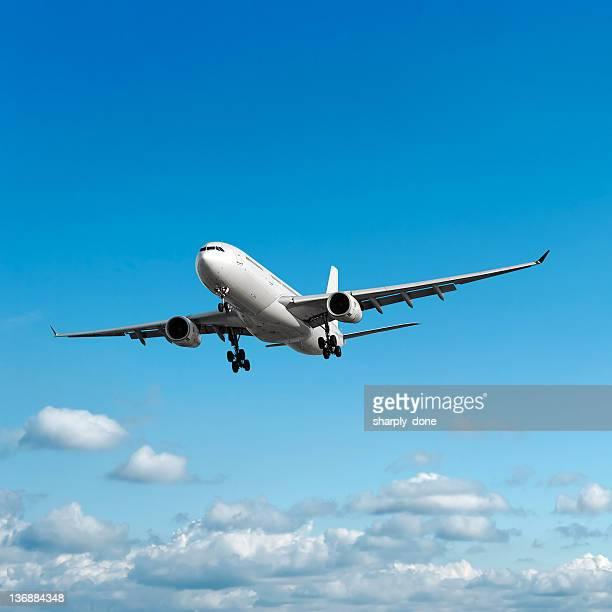 Avião a jato pousando no céu brilhante