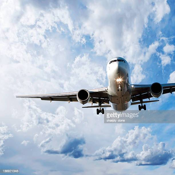 jet Passagierflugzeug Landung in bright sky