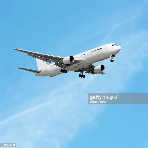 XL jet Passagierflugzeug Landung in bright sky