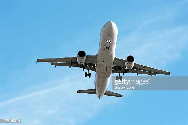 XXL jet Avión aterrizando en el cielo brillante