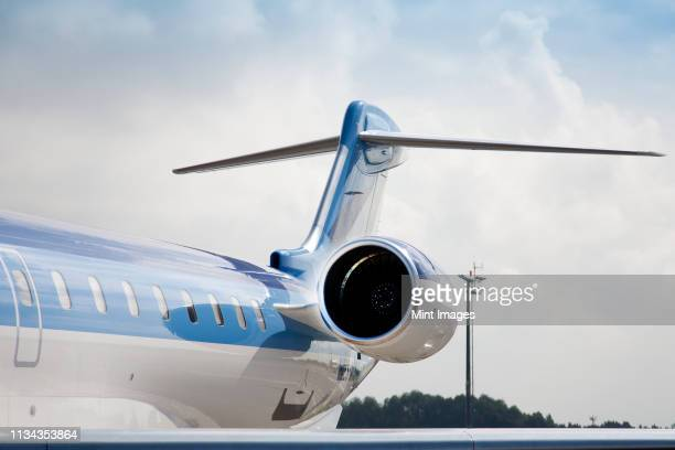jet airplane tail - flugzeugheck stock-fotos und bilder