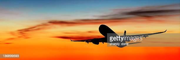 XL jet avion décollage au crépuscule