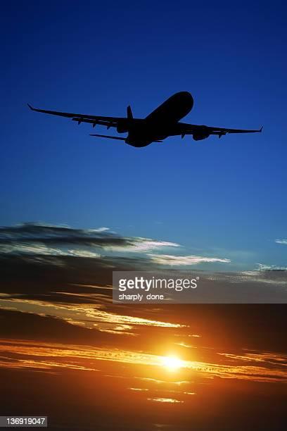XXL Avion à réaction décoller au coucher du soleil