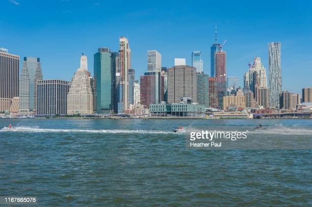 jet boating or skiing on the east river in new york city - {{asset.href}} imagens e fotografias de stock