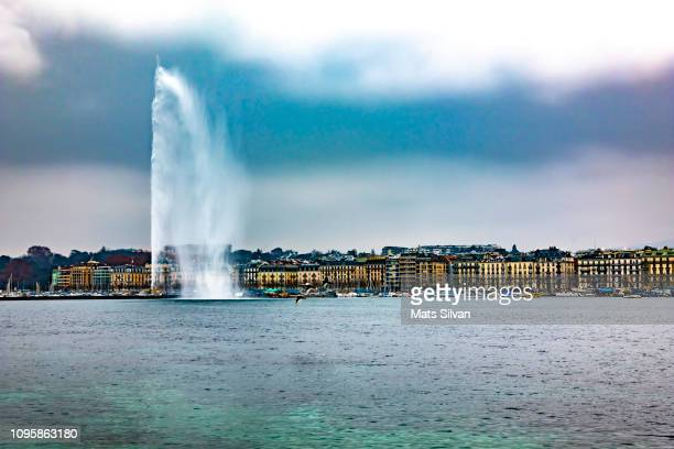 jet d'eau fountain and city geneva - geneva switzerland stock pictures, royalty-free photos & images