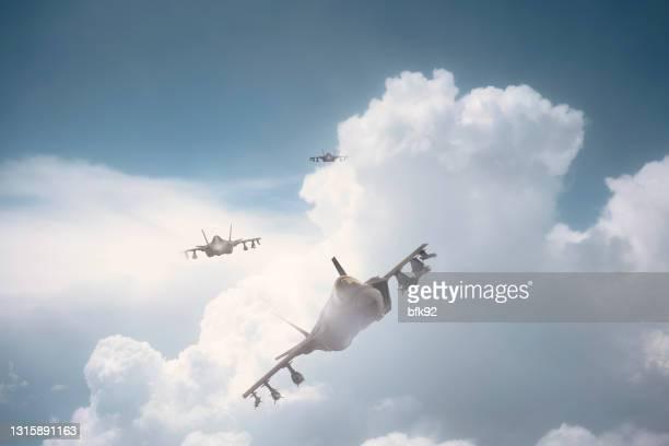 straaljagers die over wolken vliegen. - defending stockfoto's en -beelden