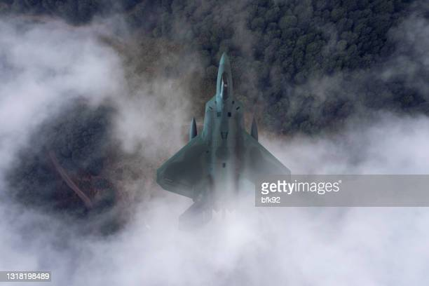 straaljagers die over de wolken vliegen. - verdedigen stockfoto's en -beelden