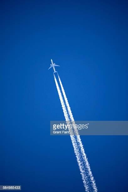 jet plane - trainée d'avion photos et images de collection