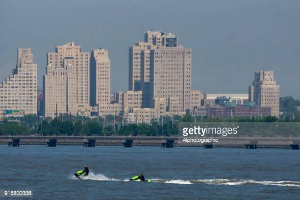 ハドソン湾でのジェット スキー - ニューヨーク湾 ストックフォトと画像