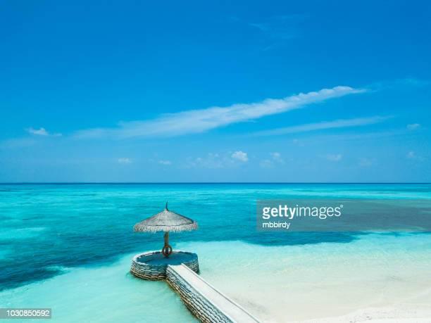 jetée au canareef resort maldives, île herathera, addu atoll, maldives - lagon photos et images de collection