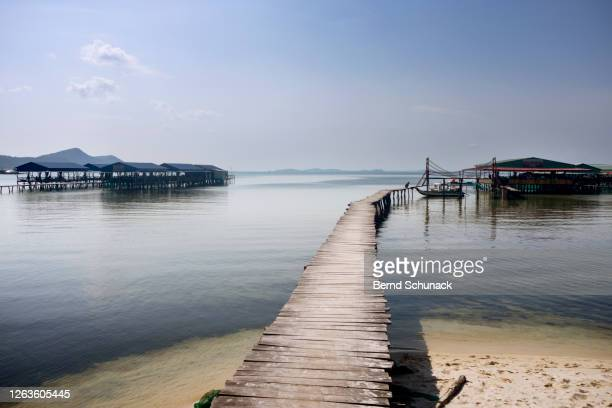 a jetty at starfish beach on the island of phu quoc - bernd schunack stockfoto's en -beelden