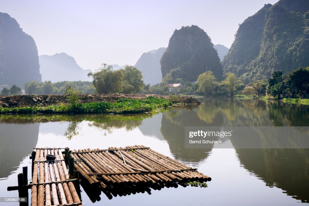 Jetty on a river between the karst rocks of Ninh Binh : Stock-Foto