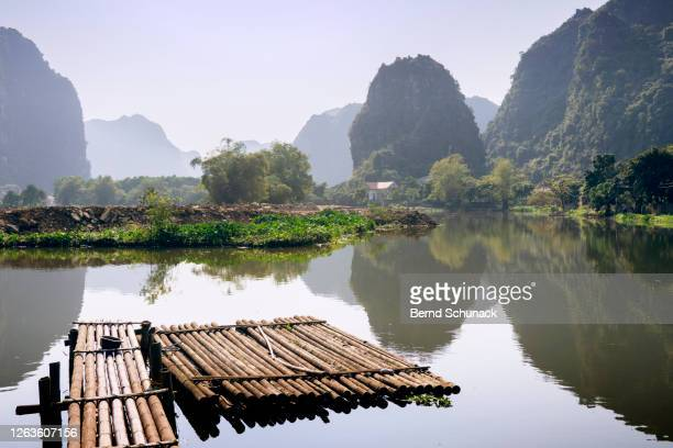jetty on a river between the karst rocks of ninh binh - bernd schunack stockfoto's en -beelden