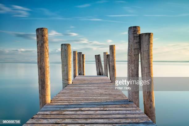 a jetty. - ponton photos et images de collection