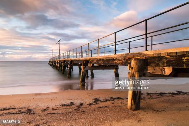 jetty scene at sunrise in soft pastel tones - porto lincoln - fotografias e filmes do acervo
