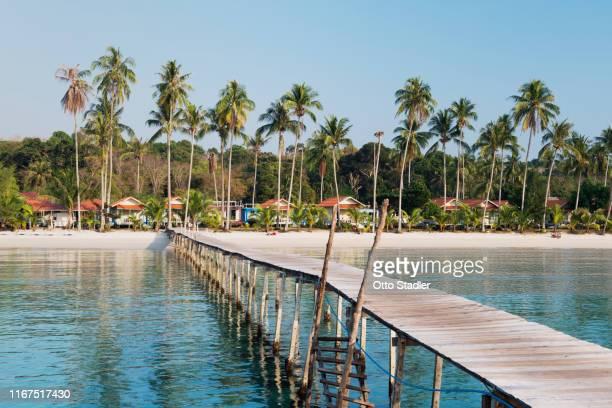 a jetty to seaside resort at bang bao beach on ko kut island - golf von thailand stock-fotos und bilder