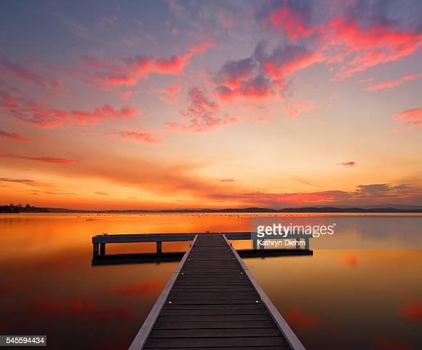 jetty with sunset at lake - 豪州 ニューカッスル ストックフォトと画像