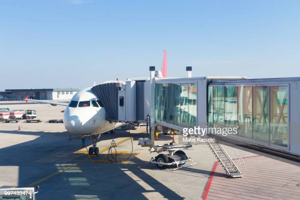 jetway conecting plane to airport departure gates. - passenger boarding bridge stock pictures, royalty-free photos & images