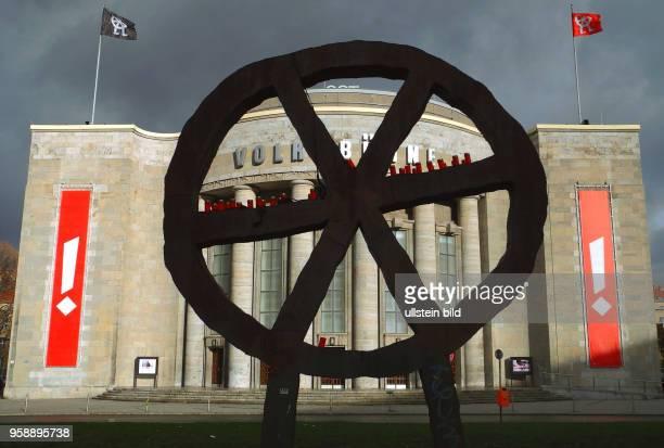 Jetzt wollen CastorfMitarbeiter die RaeuberRadSkulptur des Designers Rainer Haußmann nach einer Idee von Bert Neumann die seit Mitte der neunziger...