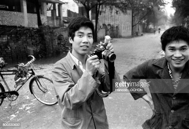 Jeune chinois et son appareil photo Nikon à Canton en février 1979, en Chine.